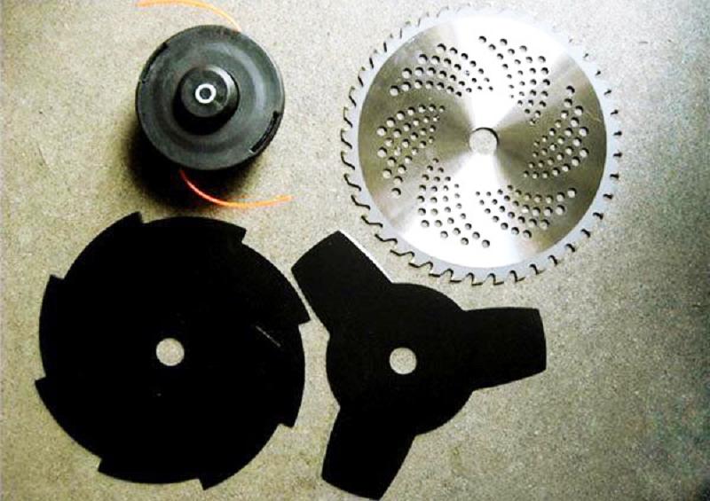 Производители часто укомплектовывают триммеры разными насадками