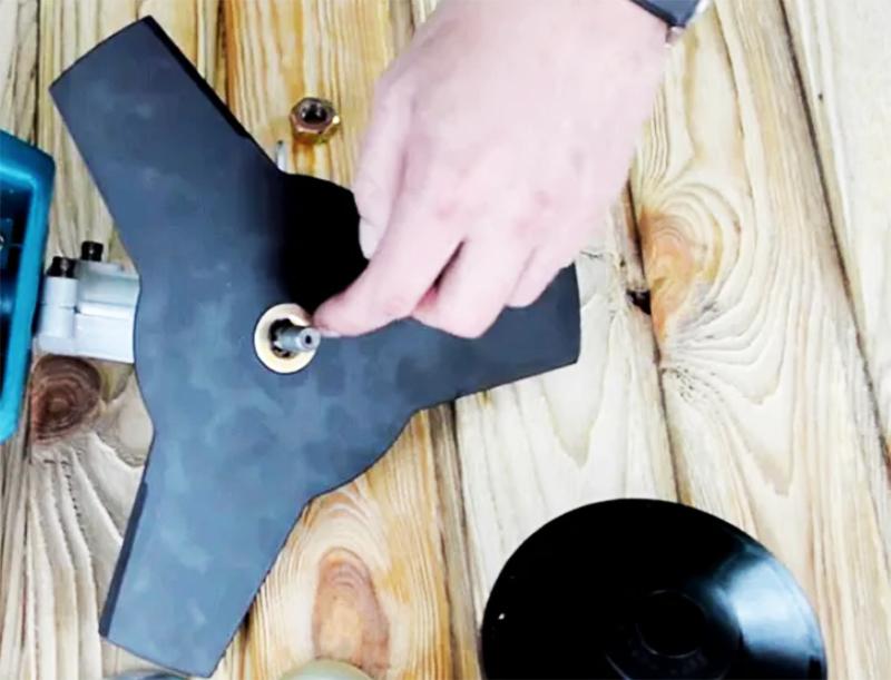 Надеть на втулку нож-диск или пилу