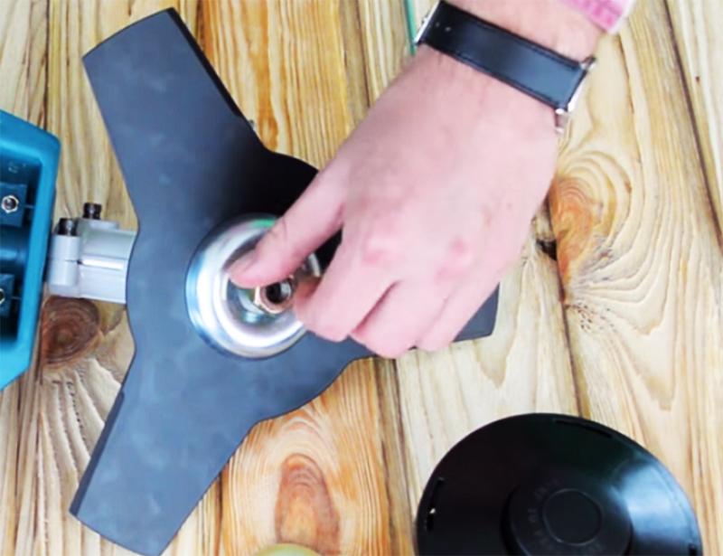 Установить крышку и закрутить фиксирующую гайку