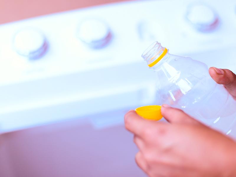 Сильно грязные полотенца полностью замачивают в уксусе, а отдельные пятна можно удалить несколькими каплями средства