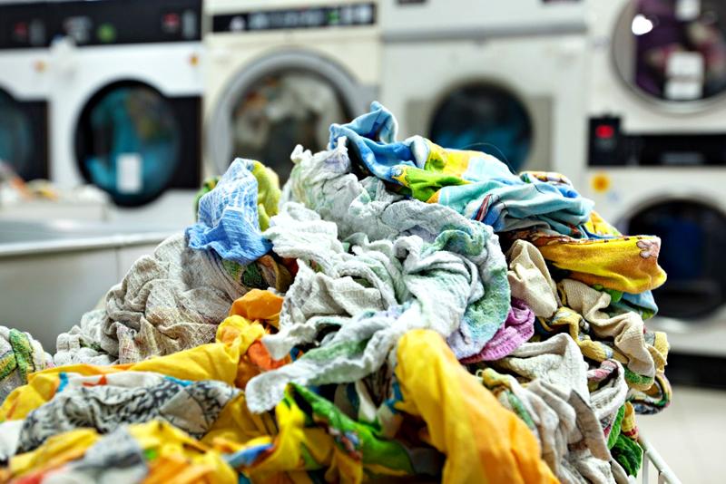 Чтобы полотенца не теряли форму, после стирки перед вывешиванием складывайте их в тазик ровно