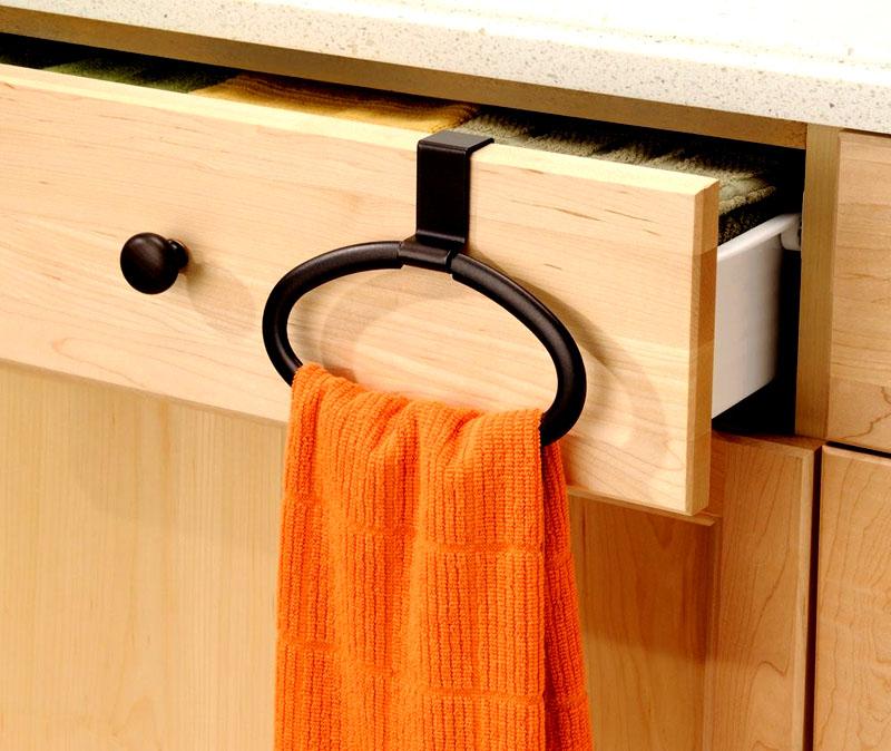 Для полотенец используйте различные удобные пластиковые держатели. Металлические со временем ржавеют и портят ткань