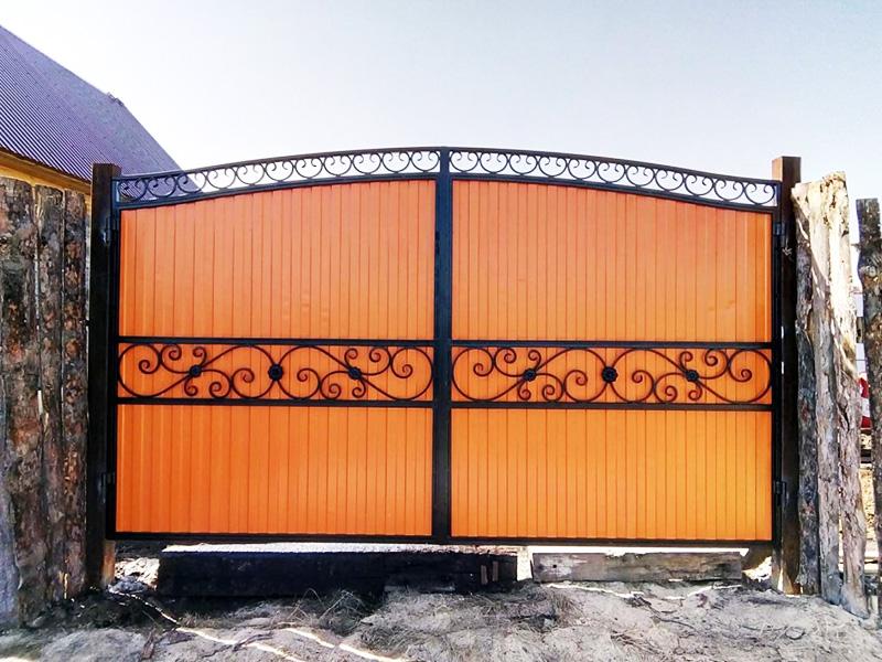 Профнастил для ворот может устанавливаться двухсторонний, с одинаковым оттенком во дворе и на улице