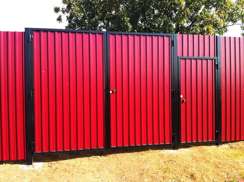 Ворота, калитка и забор, изготовленные из одного профнастила