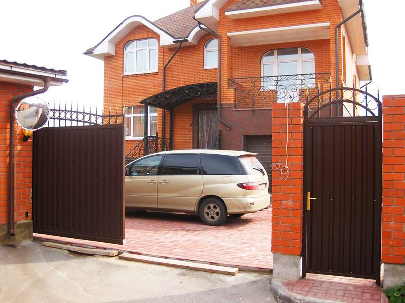 Откатные ворота с отдельно расположенной калиткой, вид со стороны двора
