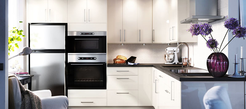 Маленькая кухня со встроенным оборудованием