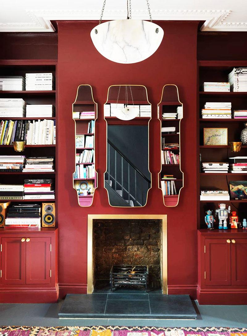 Элемент интерьера маленькой гостиной с камином и книжными полками