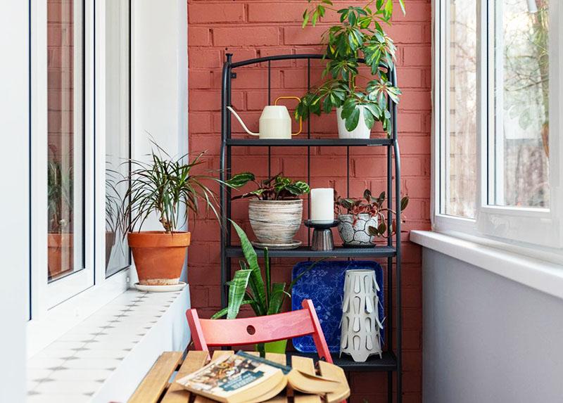 Чтобы красиво расставить горшки с цветами, используйте садовый стеллаж