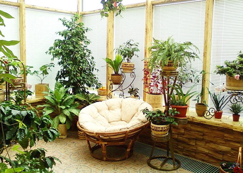 Если места на балконе мало, выберите одно красивое и удобное кресло, не заполняя место вокруг лишними предметами