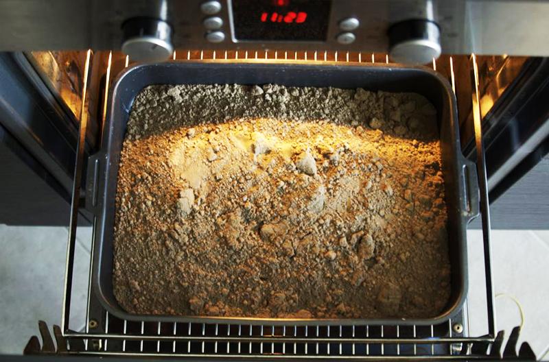 Можно самостоятельно подготовить грунт, для этого взять в равных частях землю, перегной, торф, песок и продезинфицировать состав в духовке