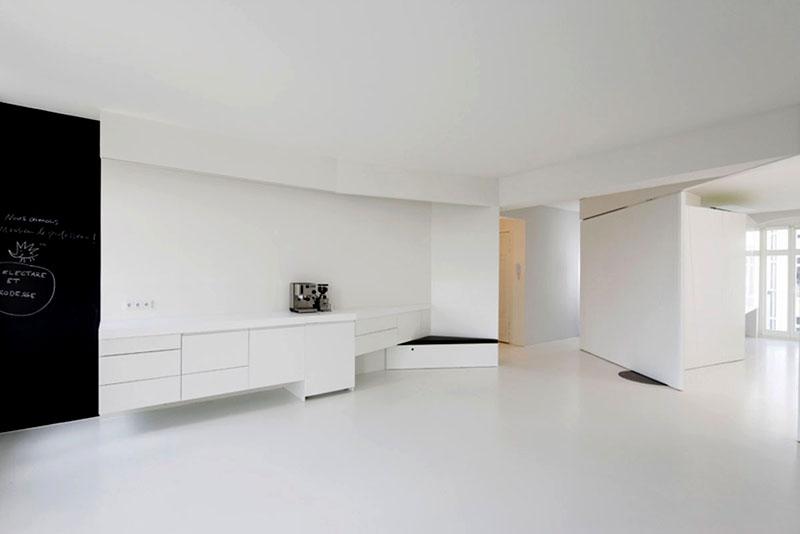 Если подобрать мебель одного цвета со стенами и полом, то квартира будет казаться пустой. Решите заранее, устроит ли вас такой вариант, или лучше разбавить интерьер хотя бы двумя яркими пятнами