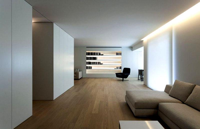 Если вы не хотите заставлять комнату лампами, встройте светильники в натяжной потолок по краям. Так получится мягкий, но в то же время насыщенный свет
