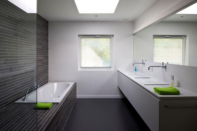 Для ванной используйте матовую плитку и легко моющиеся поверхности