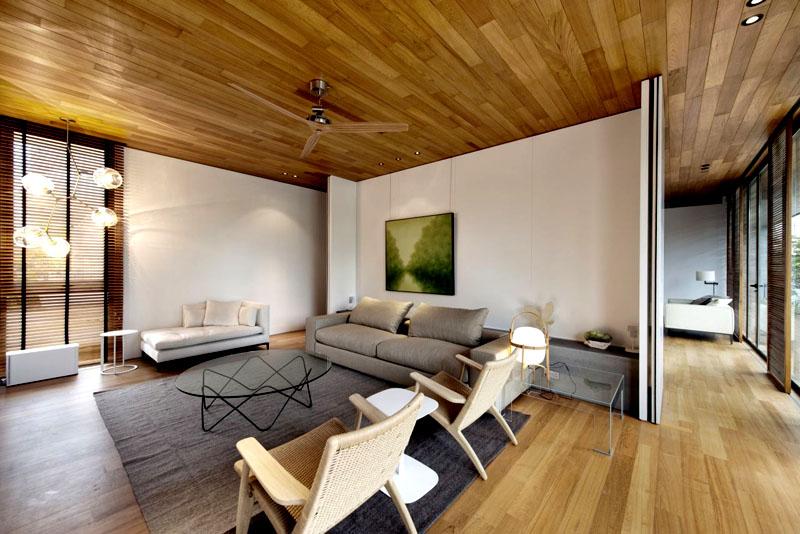 Вместо занавесок используйте деревянные жалюзи