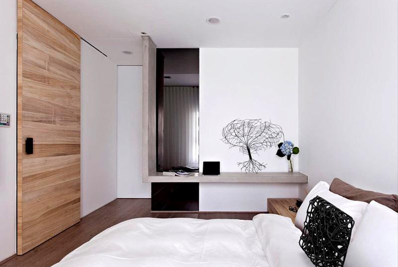 Если вы решили выкрасить стены в белый цвет, установите деревянные двери