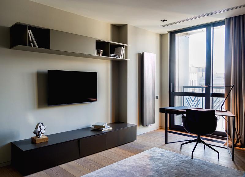 Письменный стол без полок и ящиков создаёт ощущение дополнительного пространства. А полки для книг и телевизора лучше выбирать закрытые, чтобы не было видно, как много вещей хранится внутри