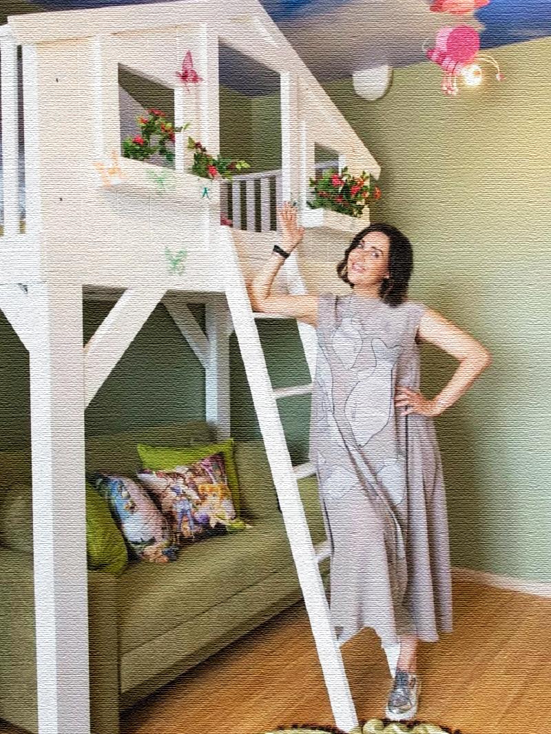Для старшей дочки на первом ярусе поставили раскладной диван, младшая с удовольствием проводит время на верхнем этаже