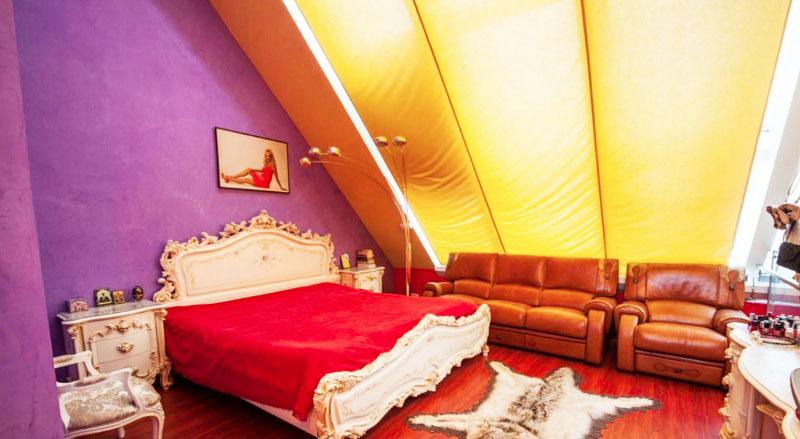 В спальне поставили мягкую мебель из натуральной кожи