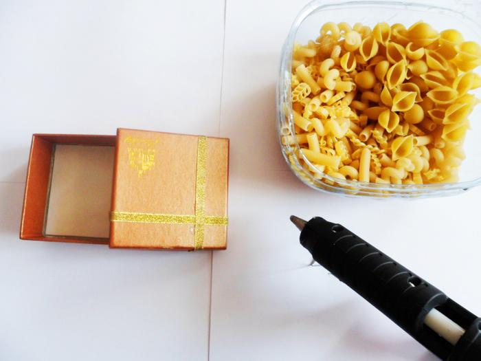 Удобнее всего использовать пистолетный клей при работе с макаронами