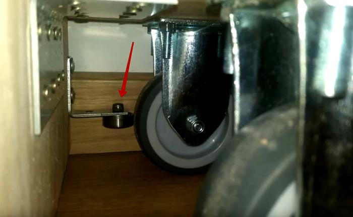Для того, чтобы шкаф не тёрся об стену, были предусмотрены специальные колёсики