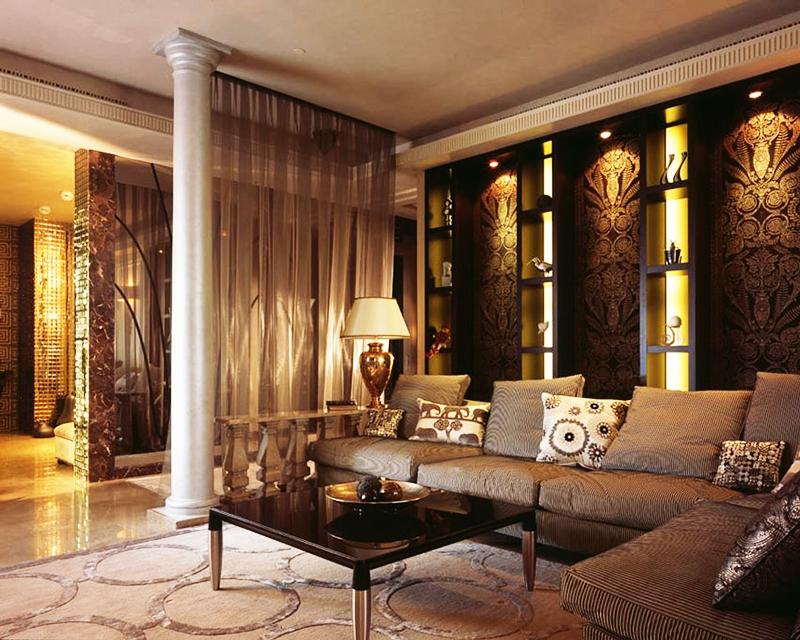 Красиво смотрятся стены в тёмных обоях с позолотой и верхней подсветкой