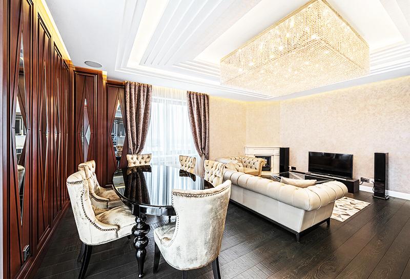 Красивая многоуровневая лепнина с подсветкой на потолке