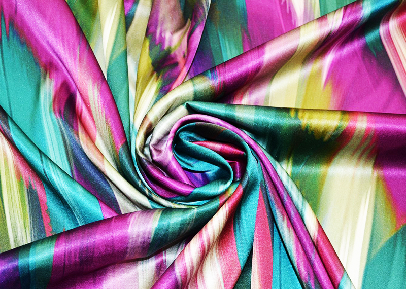 Отлично смотрится ткань с разноцветным отливом в различных изделиях