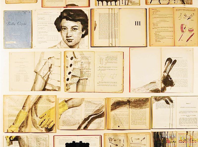 Нарисуйте на страницах книги большую картину так, чтобы она была видна только при выкладке панно, и приклейте издания на стену. Лучше всего будут смотреться винтажные картинки на состаренных листах