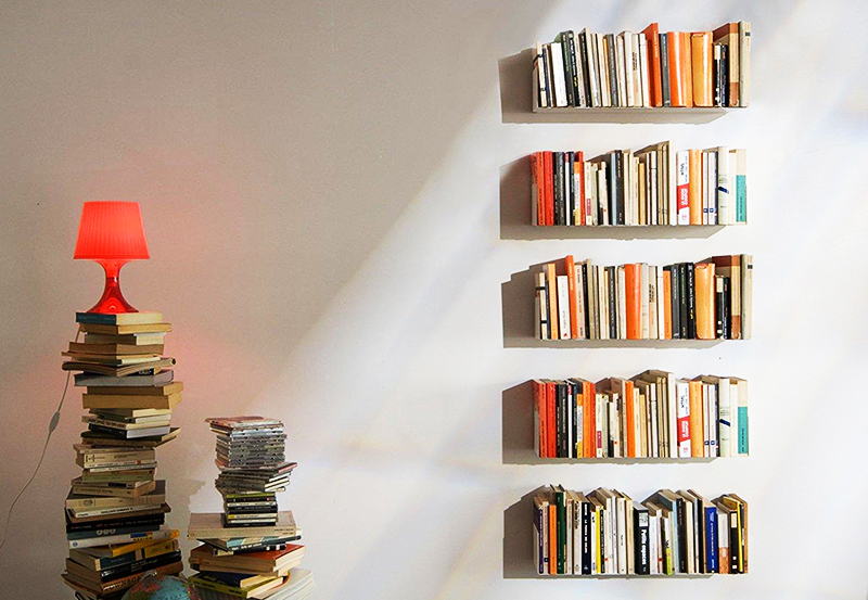 Самый лучший и простой вариант – поставить книги на тонкую металлическую полочку, выкрашенную в цвет стен
