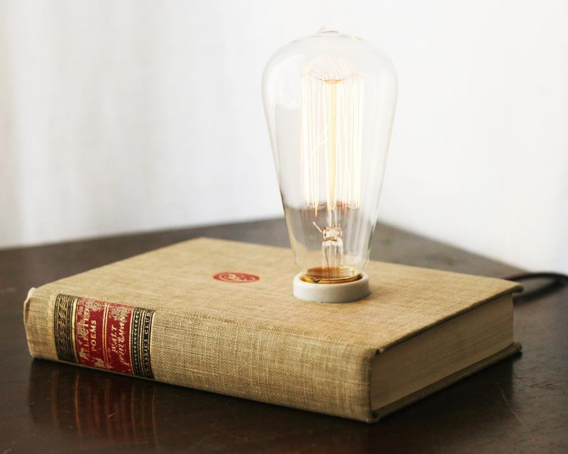 Проделайте в страницах книги отверстие и поместите под обложку цоколь, а саму лампу оставьте снаружи. Такое решение подойдёт как для современных, индустриальных интерьеров, так и для дизайна помещений в стиле лофт или винтаж