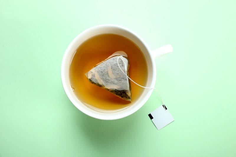 Использованные пакетики с ароматным чаем вы тоже можете использовать для устранения запаха в доме