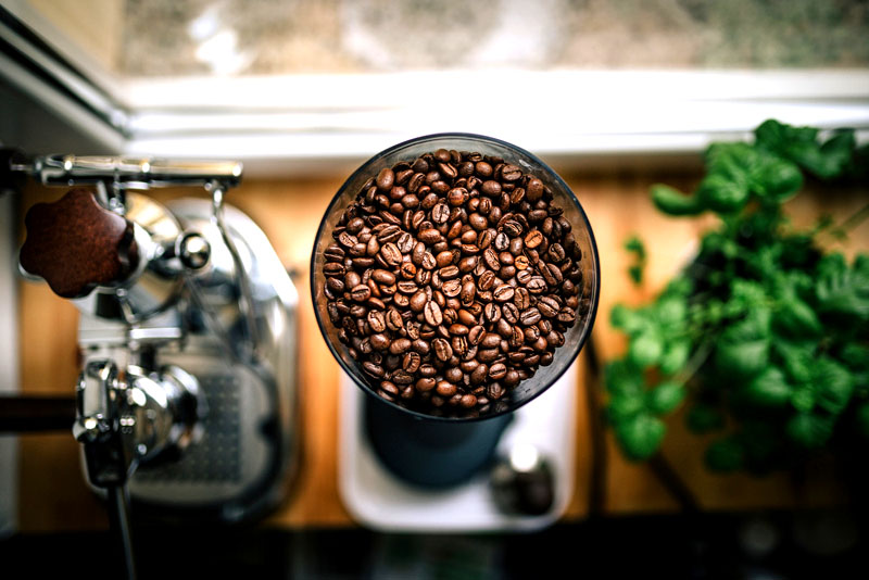 Кофейные зёрна лучше других средств помогают избавиться от застарелого запаха табака в квартире