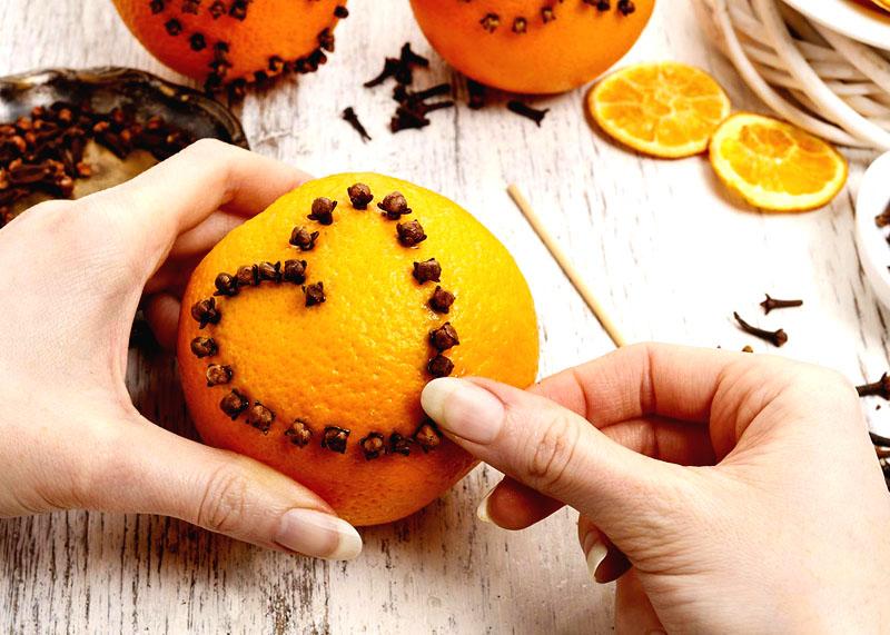 Можете использовать целый фрукт для ароматизации помещения. Для этого проделайте дырочки в кожуре и вставьте гвоздику. Такой ароматизатор нужно выбросить через 3-4 дня