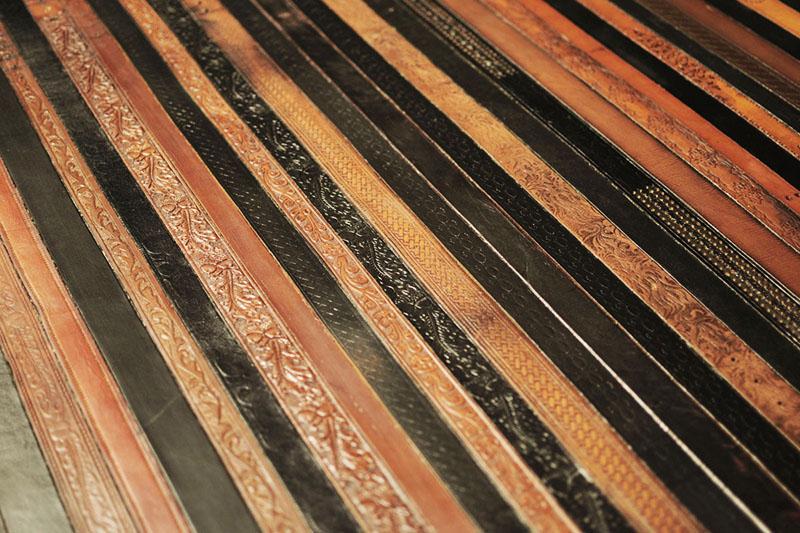 Напольное покрытие из кожаных ремней, а ведь их совсем недавно носили