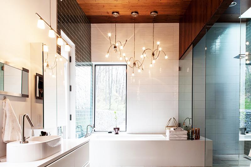 Вместо одного потолочного светильника используйте сразу три небольшого размера