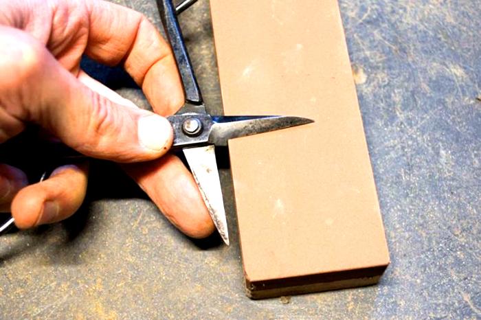 Для возвращения работоспособности ножниц можно использовать электрический наждак с низкой абразивностью