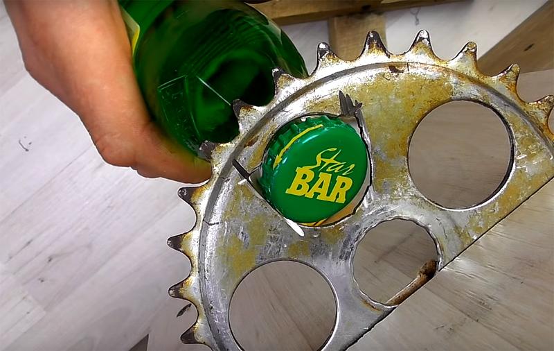 Заметьте, что отверстие нужно слегка подпилить в двух местах, чтобы оно стало открывашкой и легко снимало крышку с бутылки