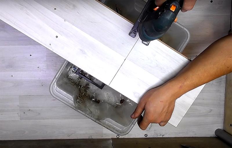 Для необычного устройства вам потребуется ещё кусок доски размерами примерно 30×40 см. Вы можете использовать фанеру, ламинат или самую обычную доску