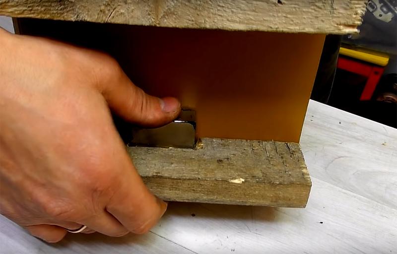 Второй брусок крепится с обратной стороны в нижней трети доски. В нём нужно сделать выемку для фиксации мощного неодимового магнита