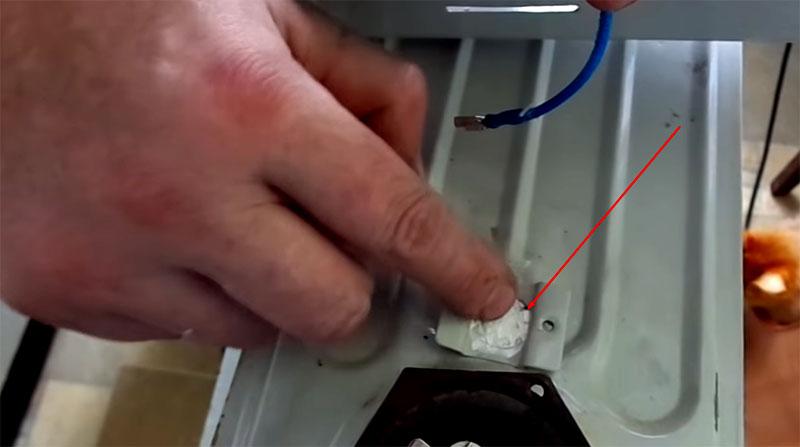 Термопасту перед установкой аварийного размыкателя, следует разгладить пальцем