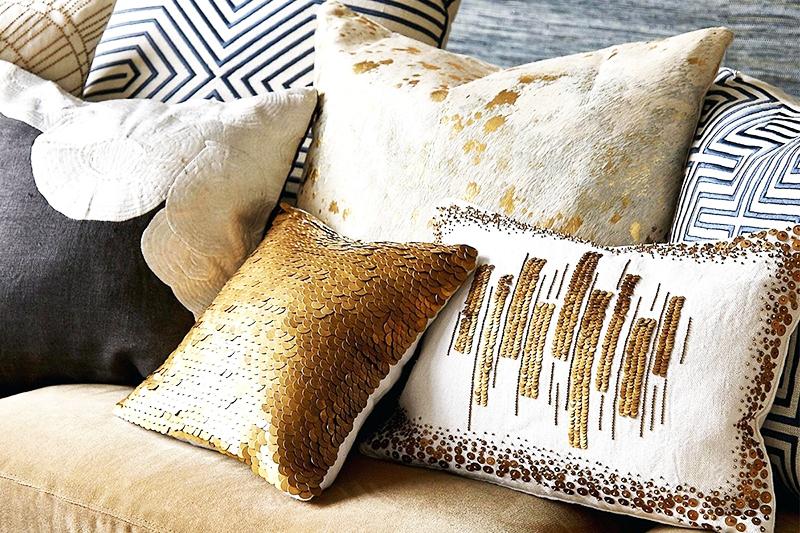 Наволочки с «золотой» нитью и пайетками могут сделать интерьер комнаты более стильным и ярким, но при выборе следите за тем, чтобы нитки и фурнитура имели нормальный вид, не вытрёпывались и не отваливались