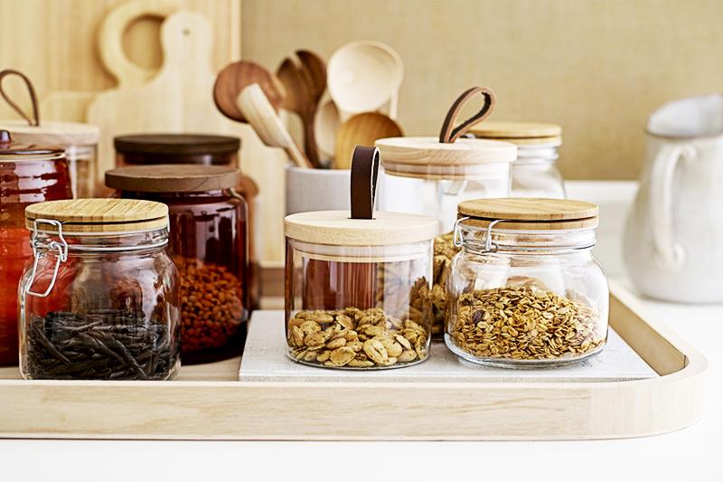 В такой посуде хранить крупы, масло и чай можно даже на открытых полках. Если вы решили переделать старые банки, закрасьте крышки чёрной матовой краской из баллончика
