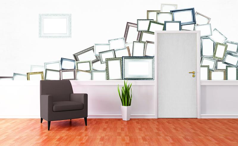 Не старайтесь разместить рамки идеально ровно на стене. Переставляйте их местами, формируйте необычную, громоздкую композицию
