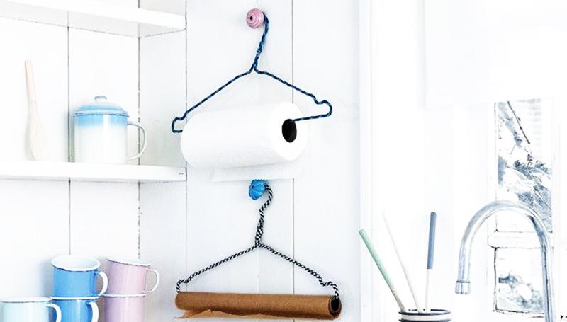 Подберите вешалки и держатели для них так, чтобы они сочетались с интерьером кухни. Для стиля лофт или эко можно использовать деревянные ручки