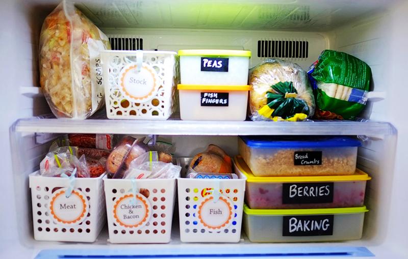 Такой же метод хранения подойдёт и для морозильной камеры. Выбирайте контейнеры, выдерживающие низкую температуру, и раскладывайте в них замороженные овощи и фрукты, а также мясо