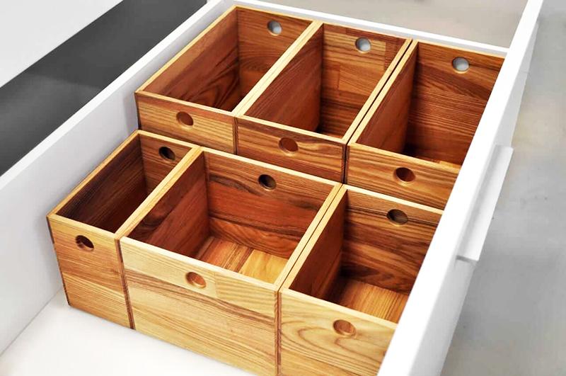 Стильный вариант разделителей – деревянные ящики разного размера. Если вы предпочитаете экостиль в интерьере, они подойдут идеально