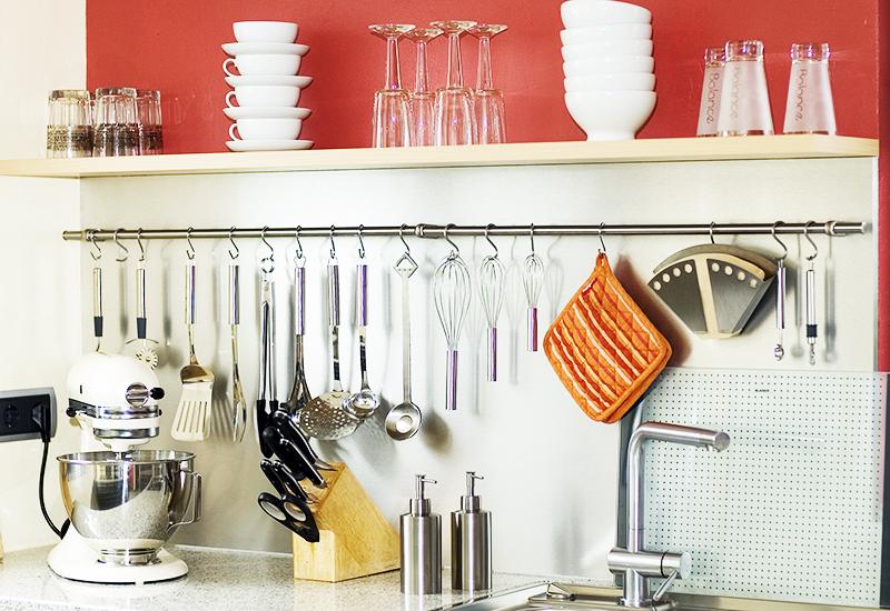 Самый простой и удобный способ – использование подвесной конструкции с крючками. Сразу после использования вы вешаете ложку или лопатку и точно знаете, где она находится