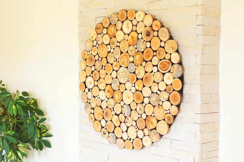 Используйте как крупные куски дерева, так и миниатюрные кружочки, с помощью которых можно заполнять пустоты в основной композиции