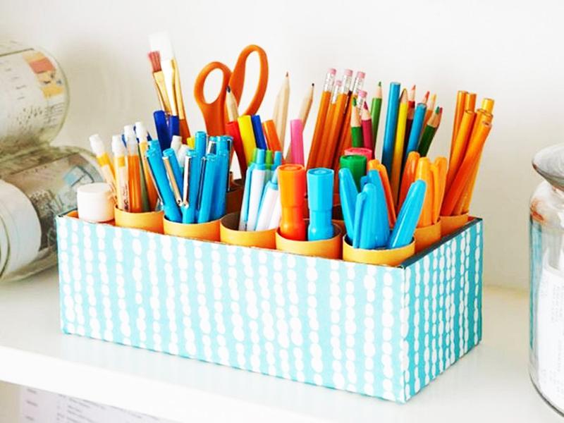 Чтобы коробка хорошо вписывалась в интерьер, задекорируйте её цветной бумагой, кусочками ткани, деревянными щепками или любыми другими подручными материалами