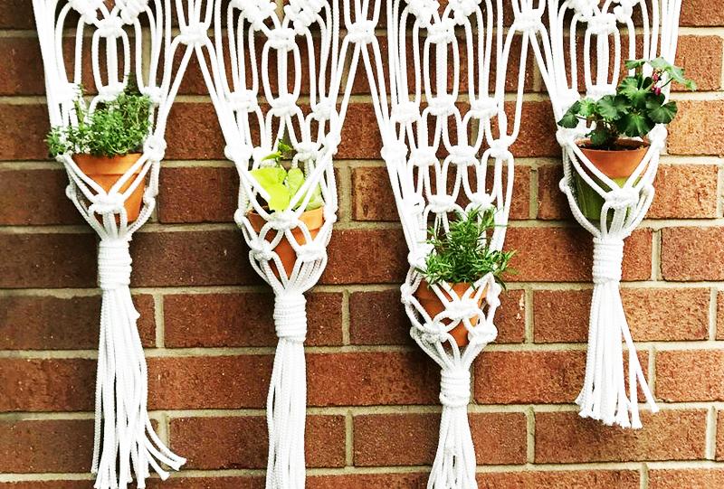 Для изготовления подвесных кашпо вам понадобится лишь стандартная нить для плетения – около 100 м